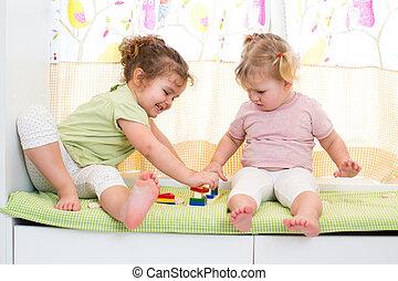barn, sisters, lek, tillsammans, inomhus