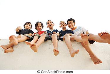 barn, sittande, på, vägg, lycklig, pojkar, skratta