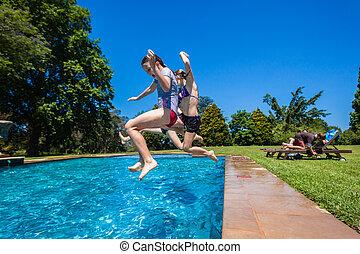 barn spela, in, badbassäng, utomhus, sommar