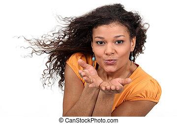 barna nő, ütés megcsókol, -ban, a, fényképezőgép