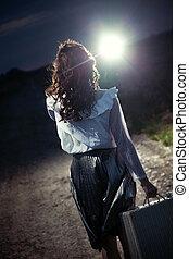barna nő, gyalogló, -ban, a, éjszaka