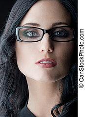 barna nő, hord szemüveg