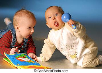 barnen, spelande leksaker