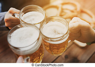 barra, jarras, o, cerveza, arriba, bar, manos, cierre