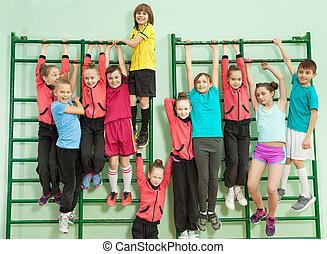 barras, crianças, parede, ginásio, escola, penduradas, feliz