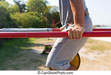 barras, ejercitar, joven, aire libre, paralelo, hombre