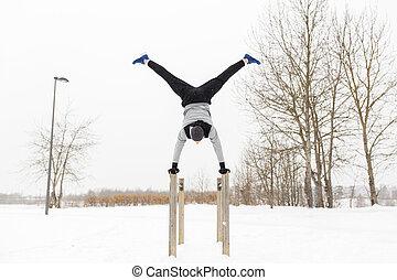 barras, invierno, joven, ejercitar, paralelo, hombre