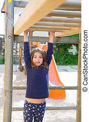 barras, madeira, pátio recreio, penduradas, menina, tocando, criança