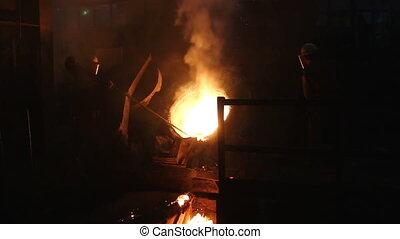barres, explosion, saleté, enlever, ouvriers, fondu, métal, long, atelier, fournaise