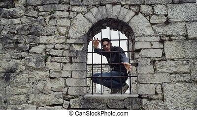 barres, obtenir, séance, il, fenêtre, derrière, type, essayer, forteresse, dehors
