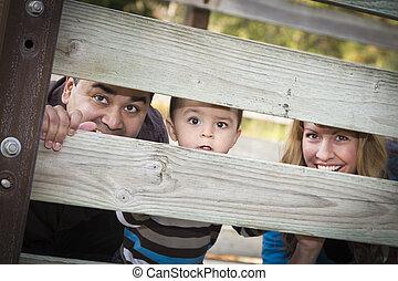 barrière, famille, jeune regarder, course, par, ethnique, mélangé, heureux