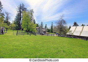 barrière, ferme, printemps, day., maison, pendant, hangar, terre