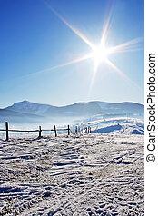 barrière, montagnes, couvert, ciel bleu, bois, sous, neige, brillant