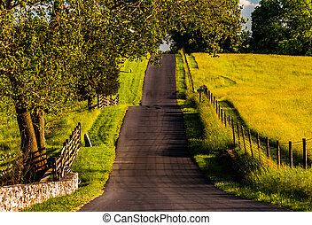 barrières, et, ferme, champs, long, a, vallonné, route,...