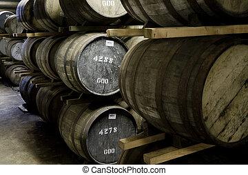 barriles, destilería, whisky