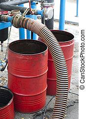 barriles, mangueras, combustible, carro del aceite, estación, bombas