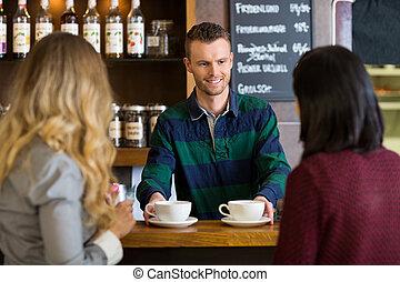 bartender, servindo, café, para, femininas, amigos, em, café