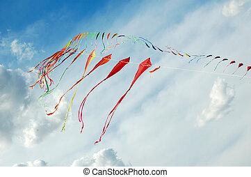 barwny, latawce, w, pochmurne niebo