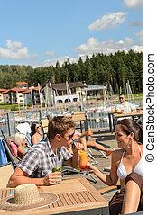 barzinhos, coquetel, par, jovem, bebendo, praia