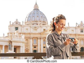 basílica, mujer, verificar, joven, fotos, cámara, frente, ...