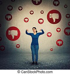 bas, être, customer., lotissements, geste, mauvais, aversion, girl, concept., envoi, appareil photo, frustré, pouces, négatif, deux, femme, contrarié, intimider, réaction, regarder, projection