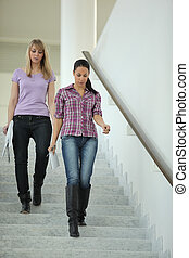 bas, aller, escalier, femmes