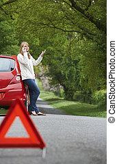 bas, cassé, automobiliste, femme, côté, route