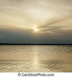 bas, coucher soleil dans nuages, sur, rivière