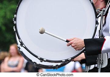 bas, dobosz, bęben, parada, interpretacja