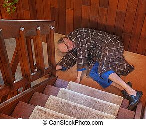 bas, escalier, juste, homme aîné, abattre