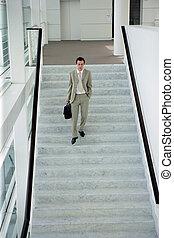 bas, marche, escalier, homme