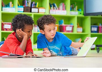 bas, plancher, préscolaire, jardin enfants, bibliothèque, deux, gosse, garçon, poser, conte, école, concept, lecture, education, livre