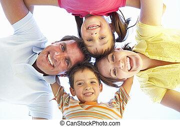 bas, regarder, appareil photo, groupe, famille