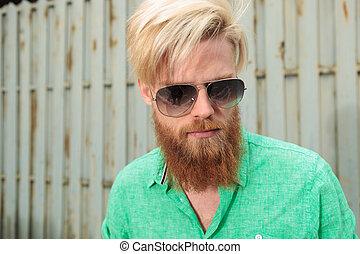 bas, regarder, homme barbu, figure