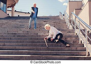 bas, tomber, femme, escalier, personne agee