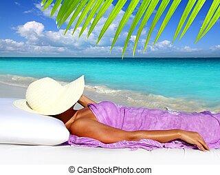 basierend, frau, karibisch, tourist, hut, sandstrand