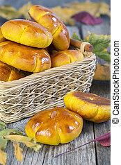 Basket with pumpkin buns.