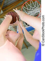 basketbal, hoek, mannen, drie, jonge, hoog, spelend, aanzicht