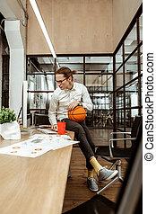 basquetebol, jovem, bola, segurando, sério, homem