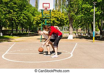 basquetebol, par, ao ar livre, corte, tocando