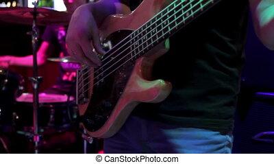 bass-guitarist, sprawować, koncert
