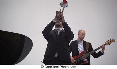 basse bande, guitariste, trumpeter