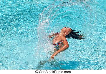 bastante, adolescente niña, azotar, ella, espalda pelo, en, el, piscina, y, rociar, agua, partes