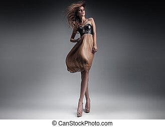 bastante, dama joven, en, un, moda, postura