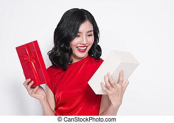 bastante, joven, mujer asiática, vestido, en, vestido rojo, con, un, presente