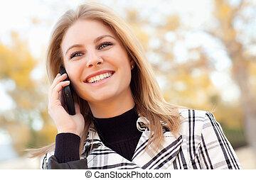 bastante, joven, rubio, mujer en el teléfono, exterior