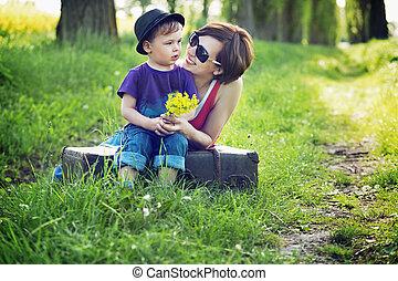 bastante, madre, abrazar, ella, hijo, y, lauging