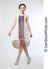 bastante, moderno, hembra, en, moderno, vestido, posar