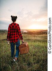 bastante, mujer, con, cesta, picnic, en, verano, campo