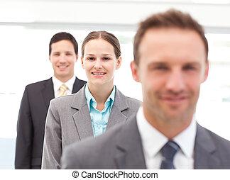 bastante, mujer de negocios, posar, con, ella, socios, consecutivo